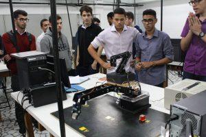 Alunos de Engenharia, da disciplina Tópicos de Mecânica, apresentam trabalho sobre braços robóticos
