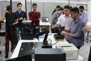 Estudantes de Engenharia de Computação desenvolvem braços robóticos
