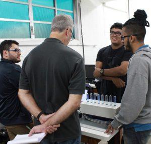 """Alunos do quinto semestre de Engenharia de Computação constroem um """"piano aquático"""", combinando teclas com jatos de água"""